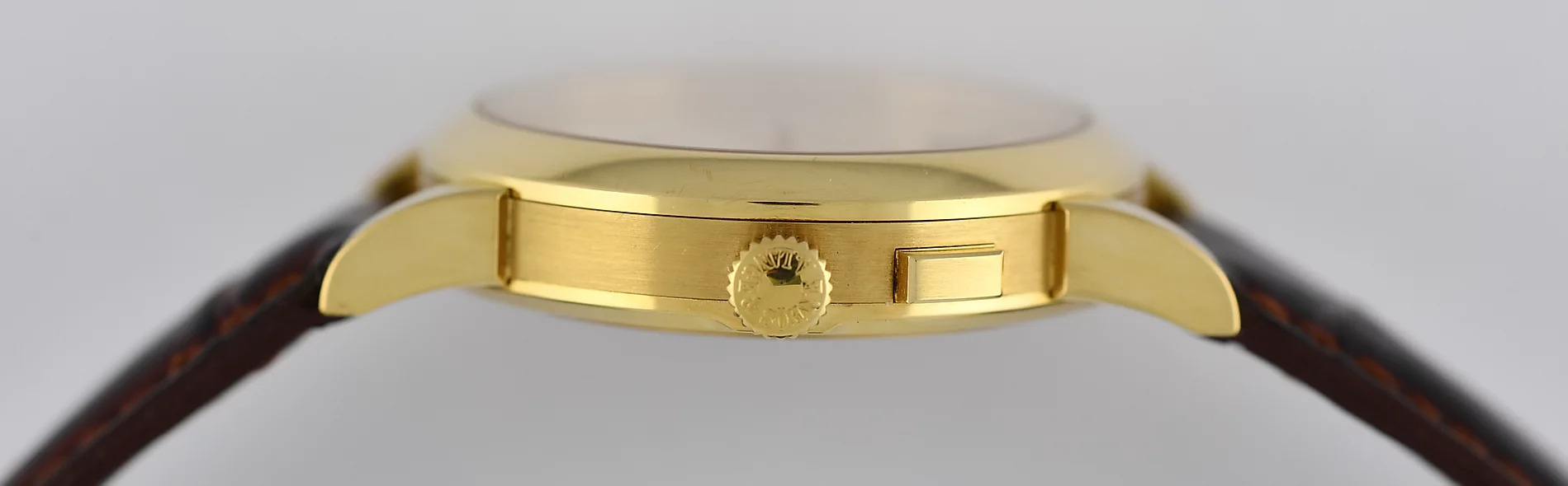 A Lange söhne Saxonia big date yellow gold solid case back 34 mms 102.001 caseband