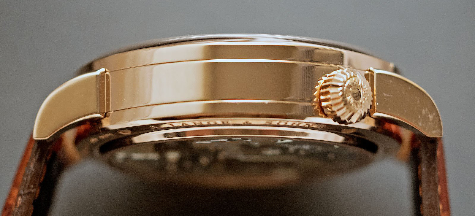a lange söhne zeitwerk pink gold silver dial reference 140.032 case band detail